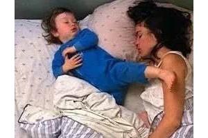 如果发生以下情况说明该和孩子分床睡了