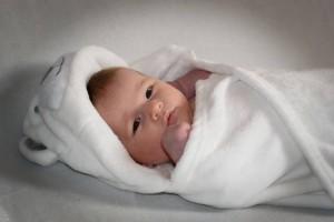 新生儿抱被包法怎么自己做包被